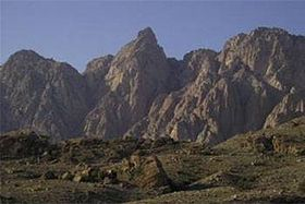 GNU mountain at 2347 meters altitude, 29 km northwest of Bandar Abbas in the West between the Municipality Fin, Black and Isin located. The mountains in the hot weather of Bandar Abbas, relatively mild climate and the environment and the resort is also important occasion