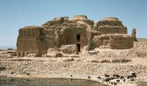 Fire Temple Firozabad, a village in the city. Village Temple of the functions of the central city of Shiraz, located 95 km from Firozabad. Castle girl, Sassanid fire temple, the coronation and other tourist attractions in the village is grave