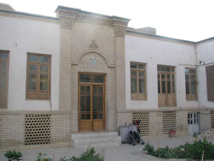 The building works of the early 14th century and is considered the solar Location Imam Khomeini (RA) In the course of living in the city of Qom, respectively. It houses about 1335 by Imam Khomeini was purchased and where they lived until 1342. Finally, in 1373 by Haj Ahmad Khomeini, the Supreme Leader was assigned to bits. Home Imam Khomeini in Qom, Building 2 consists of a ground floor and basement floors and simple. Courtyard of the building in the south and is home indoors in East and West. This old house without decorating the interior surfaces are painted plaster. Jrz · hay external surfaces of brick and plaster surfaces smooth and without motif is simple. Home Imam Khomeini in 1375 by the Iranian Cultural Heritage Organization, the national index was registered with number 1745
