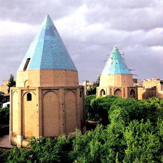 Tombs garden green dome of the historical periods of Islam -Qrn 8 AH and Qom, street Revolutionary Martyrs is located next to this effect on 15 Persian date Dey 1310 with registration number 129 as one of the national monuments register It has arrived