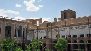 Mahmoudi Yazd is home to the Qajar period in Yazd Imam Khomeini Avenue, the neighborhood Fahadan, Mjavrmart front of the mosque is located forty altar and the effect on 24 Persian date Bahman 1375 with registration number 1842 as one of Iran's National Parties. Old house Mahmoudi (Bahraini Arabs) dating back almost 130 years, is that a group of businessmen known as the Arab Mtlq to Bahrain and the prosperity and development of the residential complex has been expanding its work Habas. After separation of Arab heritage and part of the original owners of the home Mybashdv beautiful and valuable Mahmoudi property is located in Yazd Cultural Heritage. Holidays: Saturdays