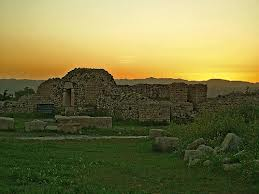 "Bishapour historic city 120 km south of Shiraz and Shiraz is located 23 kilometers West of the city. Bishapour located next to the ancient Achaemenid royal road ""Persepolis"" and ""pool"" in the ancient city of ""Susa"" and Sassanian city ""grave"" and ""Bishapour"" to ""Ctesiphon"" Sassanid Empire connected Headquarters has. The city set up Bishapour collection, which includes historical premises and Hall and porch flooring is fort"