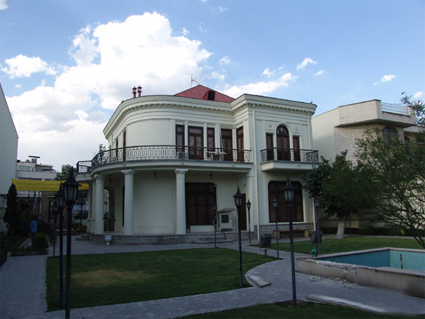 Vitrai Museum, one of the museums of Tehran province. Collection of paintings is exhibited behind glass in this treasure. The museum is located at the intersection guidance and Branch. Holidays: Mondays