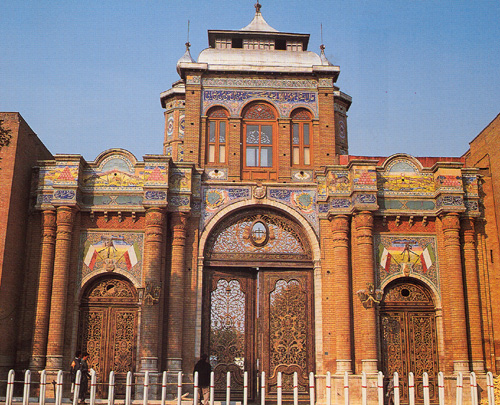 Bagh-e Melli, the buildings remaining from the Qajar era which was built in the years 1301 to 1304 by Ja'far Khan Kashani. The building in the former Sepah (the current Imam Khomeini) is located on the west side and the east side of State Department post office there Reza Shah Pahlavi. The National Park and its adjacent buildings on the direct orders of Reza Shah and Jaffar Khan Kashani and assistance by the Germans during World War II before the fire kindled in Tehran, the capital, was built.The internal architecture of the images of Cyrus and the people of the Achaemenid era have been used. Hossein tiler tiling the building is done. It is because of Iranian culture at the time because both of Aryan Germans and Iranians are intensified. Above the entrance of the sun from both sides Lion flag at the time of the Islamic Republic to clear show of the sun valve. Now referred to as the monument where films such as Zero Degree story was created during the era of Reza Khan. Bagh-e Melli mansion of the late Qajar and Tehran, Imam Khomeini and the effect on 2 Persian date Ordibehesht 1376 with registration number 1968 has been registered as a national monument Iran