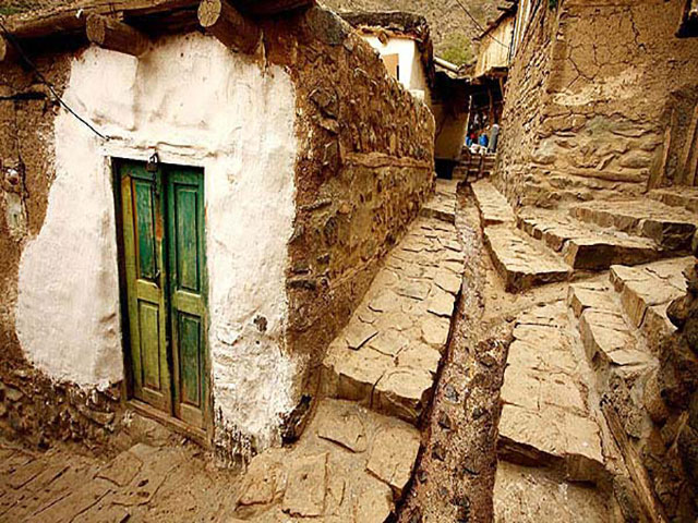 Ushtobin  also known is a village in Nowjeh Mehr Rural District, Siah Rud District, Jolfa County, East Azerbaijan Province, Iran. At the 2006 census, its population was 653, in 145 families